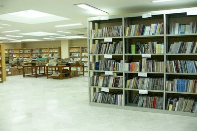 Iranians spend 7 hours per month reading