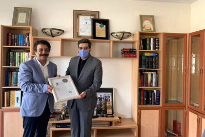 Iranian singer Eftekhari honored with First Degree Art Certificate